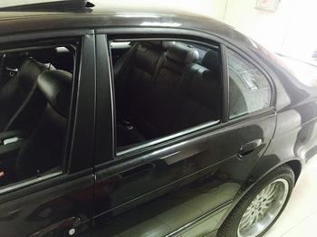 Оклейка стоек BMW 5 в черную матовую пленку